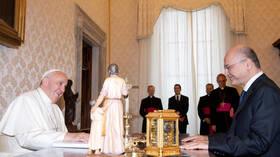 وفد من الفاتيكان يصل إلى النجف تمهيدا لزيارة البابا
