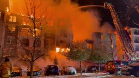 الكوارث تنهال على ثاني أكبر ولاية أمريكية من كل حدب.. حريق هائل يشرد العشرات! (فيديو)